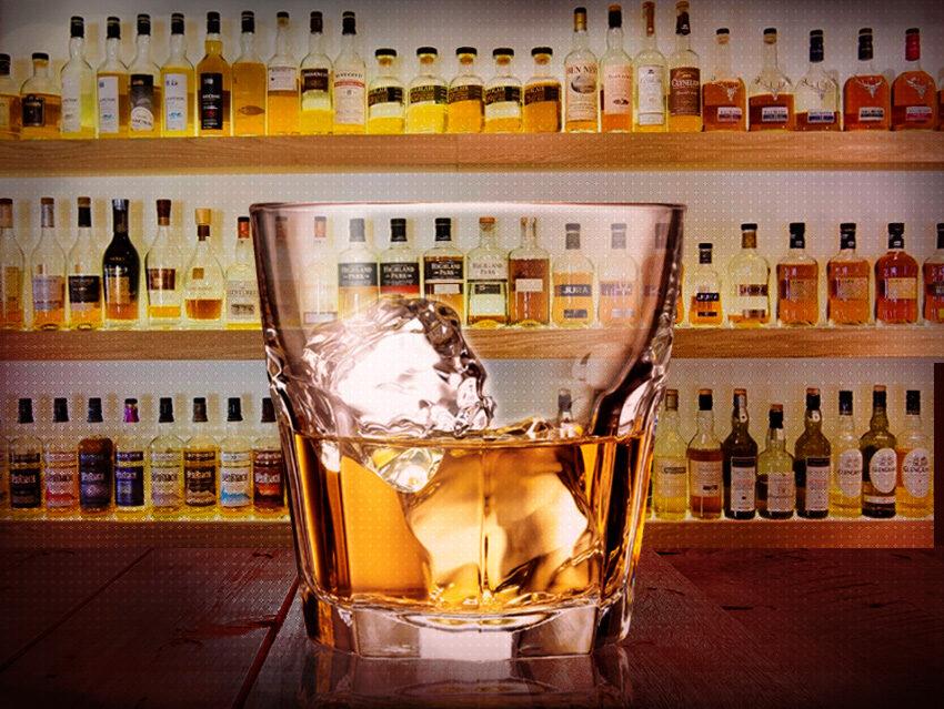 Бокал виски в баре