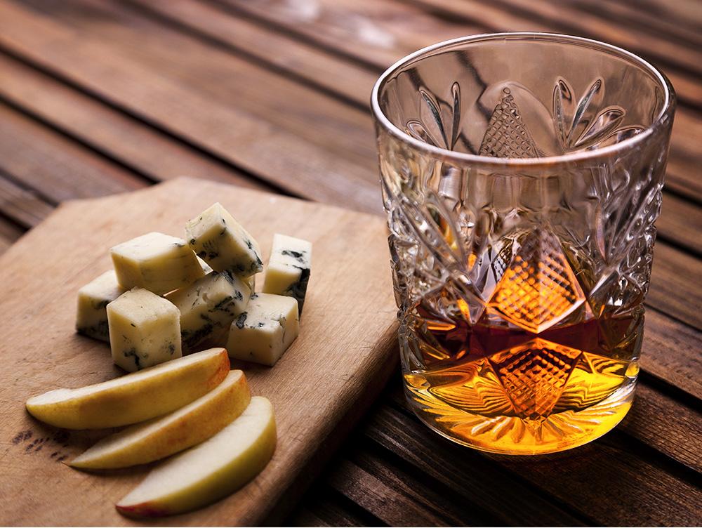Универсальная закуска к виски: фрукты и сыр