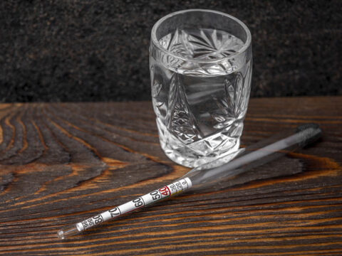 Спирт и измерительный прибор