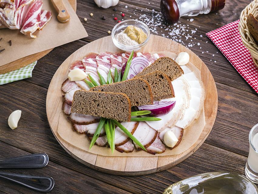 Сало с хлебом к водке
