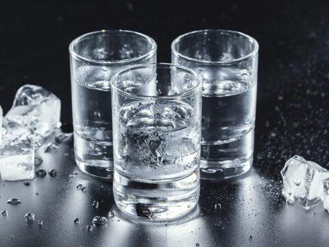 Охлаждённые рюмки с водкой