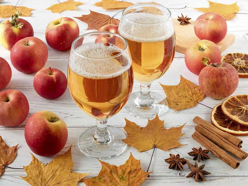 Бокалы с сидром и яблоками