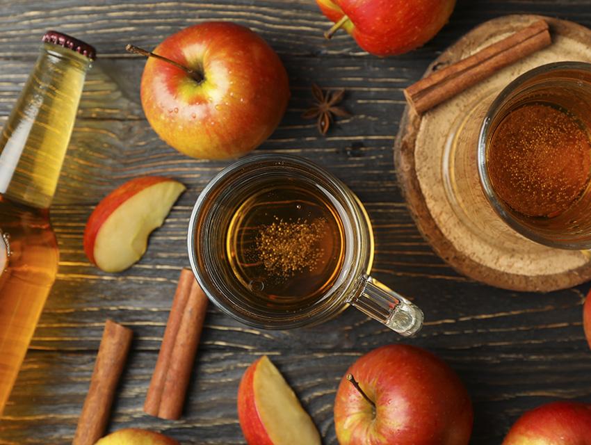Бутылка, 2 бокала и яблоки