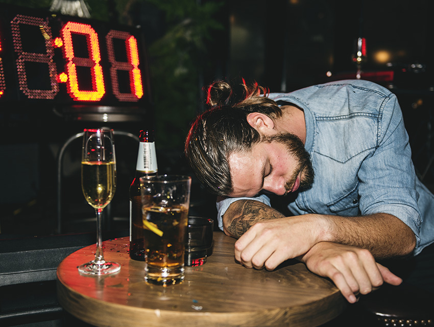 Пьяный человек уснул
