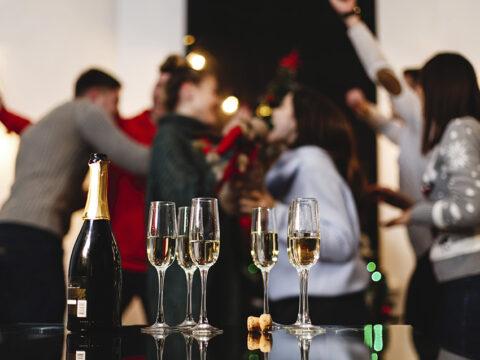 Бокалы с шампанским на празднике