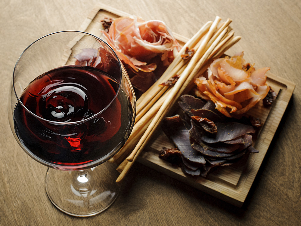 Красное вино с разными видами вяленого мяса