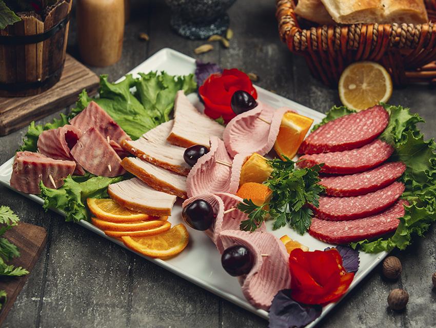 Закуска в виде мясной наразки