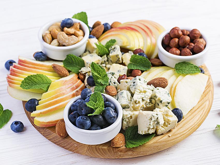 Закуска к вину: ягоды, фрукты, орехи, сыры
