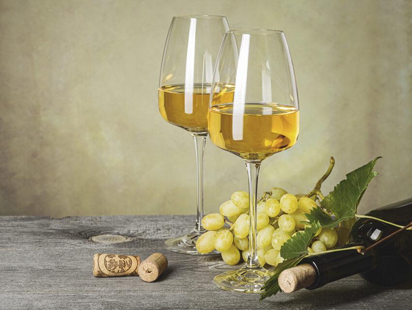 2 бокала и бутылка белого вина, виноград