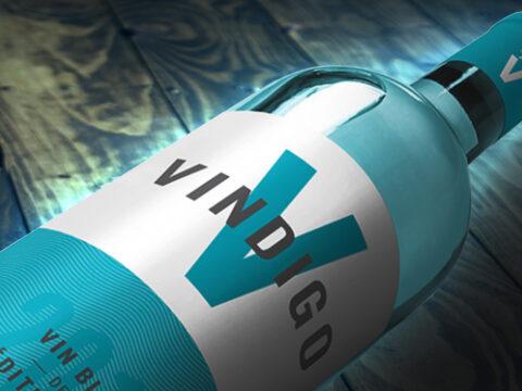 Голубое вино в бутылке