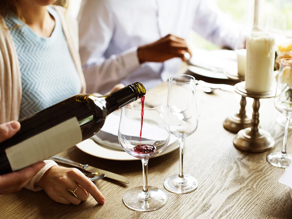 Как правильно держать бутылку наливая красное вино