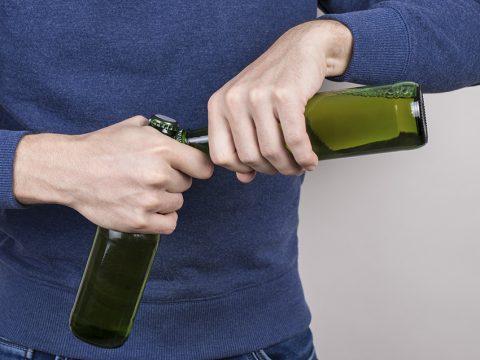 Открытие бутылки пива другой бутылкой пива