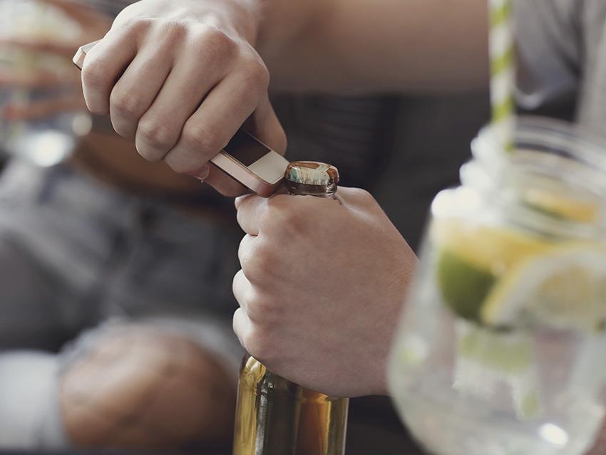 Открытие бутылки пива телефоном