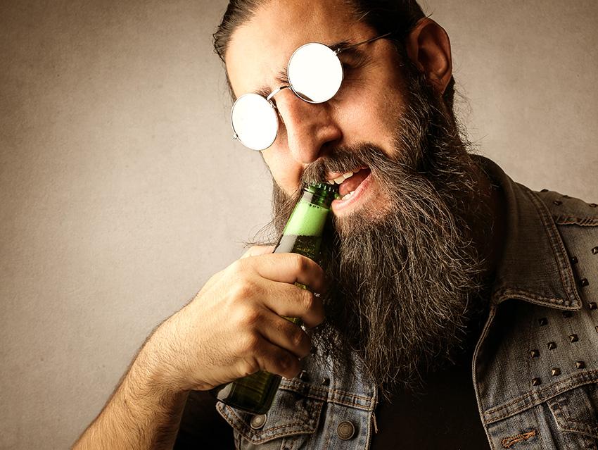 Открытие бутылки пива зубами