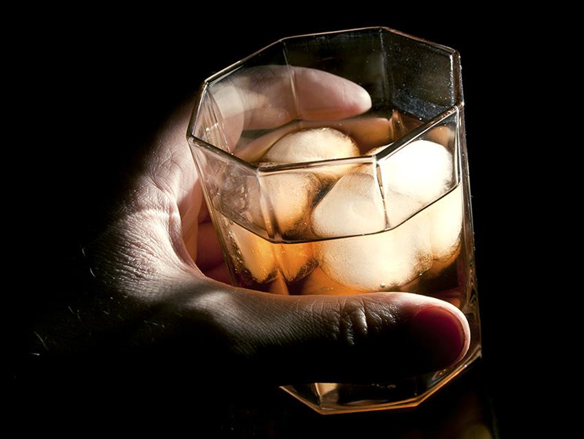 Бокал виски со льдом