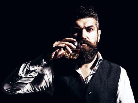 Мужчина с бокалом виски