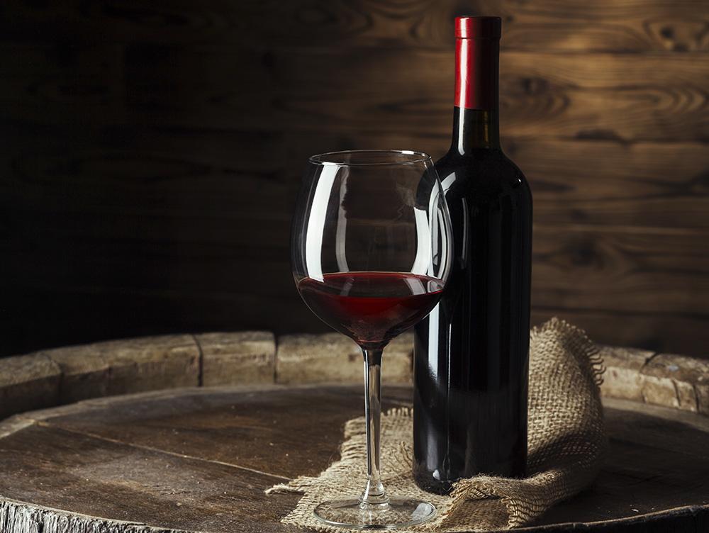 Красное вино и бокал