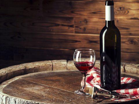 Открытое вино, бокал и штопор