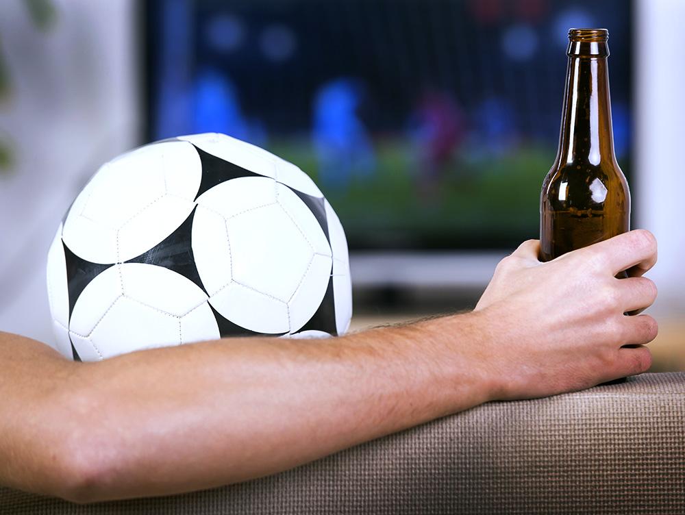 Футбольный мяч и пиво