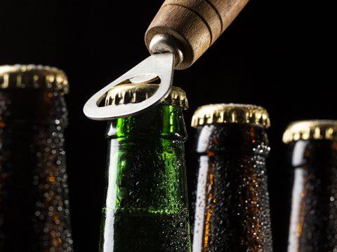Пиво в бутылках и открывашка