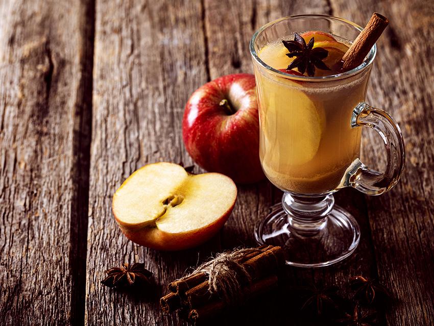 Глинтвейн с яблоком на белом вине