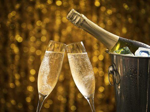 Шампанское на золотистом фоне