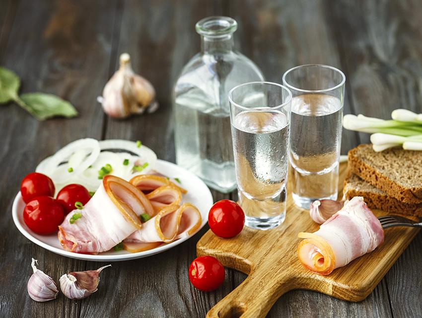 Водка в рюмках, графин и традиционная закуска к ней