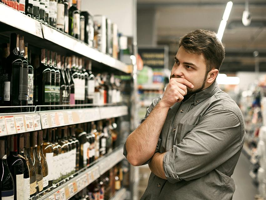Раздумья по выбору вина в магазине