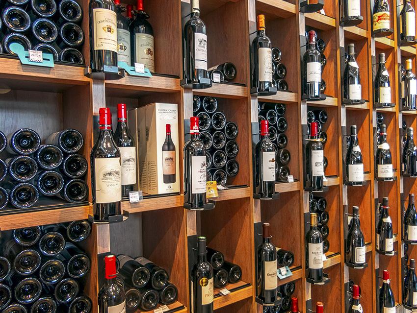 Винный стеллаж в винотеке